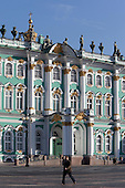 General view of the Winter Palace also know as the main building of the Hermitage Museum at historical centre of St. Petersberg . The green-and-white three-storey palace has 1786 doors, 1945 windows and 1057 halls and rooms, many of which are open to the public.///.Le palais d'hiver, musee de l'hermitage a Saint petersbourg