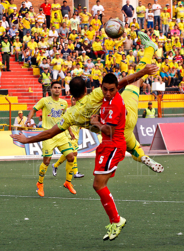 BUCARAMANGA - COLOMBIA - 13 - 03 - 2016: Mauro Guevgeozian (Izq.) jugador de Atletico Bucaramanga disputa el balón con Camilo A. Blanco (Der.) jugador de Fortaleza FC, durante partido entre Atletico Bucaramanga y Fortaleza FC, por la fecha 9 de la Liga Aguila I-2016, jugado en el Alfonso Lopez de la ciudad de Bucaramanga. / Mauro Guevgeozian (L) player of Atletico Bucaramanga vies for the ball with Camilo A. Blanco (R) player of Fortaleza FC,  during a match between Atletico Bucaramanga and Fortaleza FC, for the date 9 of the Liga Aguila I-2016 at the Alfonso Lopez Stadium in Bucaramanga city Photo: VizzorImage  / Duncan Bustamante / Cont.