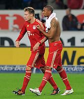 Fussball 1. Bundesliga:  Saison   2011/2012    16. Spieltag    11.12.2011 VfB Stuttgart 1-2 FC Bayern Muenchen   Streit beim FC Bayern Muenchen nach Schlusspfiff; Jerome Boateng (re) beruhigt Holger Badstuber