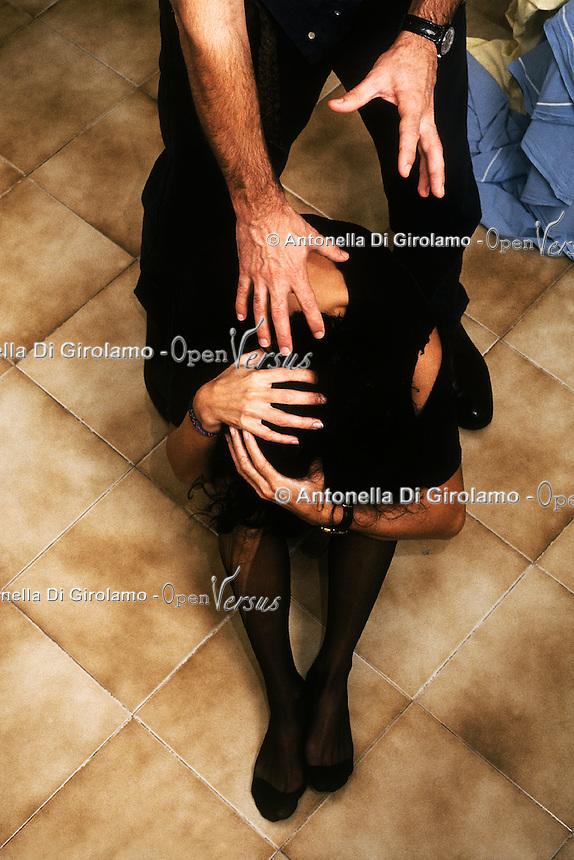 Violenza contro le donne spesso avviene in famiglia da parte dei mariti o compagni..Violence against women often happens in the family because of the husbands or companions....