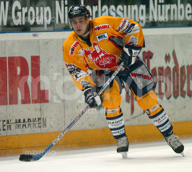 Eishockey, 1.Playoff-Viertelfinale, DEL 2003/2004, Arena Nuernberg (Germany) Nuernberg Ice Tigers - Ingolstadt Panthers (2:1 n.P.) Thomas Greilinger (IceTigers) am Puck