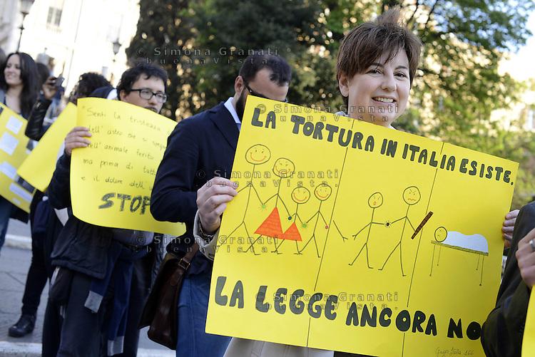 Roma, 17 Aprile 2015<br /> Scalinata dell'Ara Coeli<br /> Amnesty International Italia ha organizzato una manifestazione per chiedere una legge sul reato di tortura in Italia. Centinaia di attiviste e attivisti con cartelli contro la tortura e la violenza hanno formato lo stivale, la forma dell'Italia.