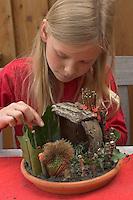 Kinder basteln Zwergengärtchen, Zwergen-Gärtchen aus Naturmaterialien, Bastelei, Tonschale wird mit Moos ausgelegt und mit Rinde, Eicheln, Kastanien, Äste und Blätter dekoriert.