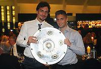 FUSSBALL   1. BUNDESLIGA   SAISON 2011/2012   34. SPIELTAG Borussia Dortmund feiert im Restaurant View in Dortmund die Meisterschaft am 05.05.2012 Mats Hummels (li) und Moritz Leitner (re)