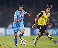 FUSSBALL   CHAMPIONS LEAGUE   SAISON 2013/2014   Vorrunde SSC Neapel - Borussia Dortmund      18.09.2013 Gonzalo Higuain (li, SSC Neapel) am Ball gegen Mats Hummels (re, Borussia Dortmund)