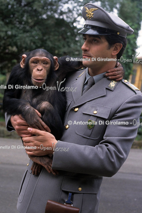 C.I.T.E.S. La Convenzione di Washington controlla il commercio internazionale degli animali e delle piante (vivi, morti o parti e prodotti derivati) minacciati di estinzione..C.I.T.E.S. The Washington Convention controls the international trade of animals and plants (live or dead parts and derivatives) are threatened with extinction..Controllo e sequestro di animali protetti. Inspection and seizure of protected animals.....