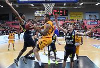 Basketball  1. Bundesliga  2016/2017  Hauptrunde  14. Spieltag  16.12.2016 Walter Tigers Tuebingen - Alba Berlin Davion Berry (Mitte, Tigers) gegen Malcolm Miller (li, Alba) und Niels Giffey (re, Alba)