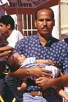 Old Gaza strip, arabo con neonato in braccio