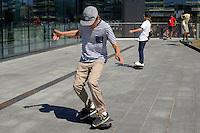 Ragazzo sullo skateboard.Boy on skateboard. Helsinki, Finlandia.