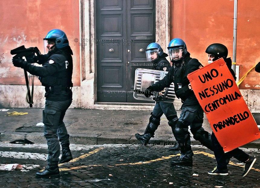 Roma 14 Dicembre 2010..Manifestazione contro il Governo Berlusconi.Un agente di polizia, in tenuta antisommossa, punta il lancia lacrimogeni ad altezza d'uomo, verso i manifestanti, a Corso Rinasciamento..Rome December 14, 2010..Demonstration against the Berlusconi government. Protesters attack police  at Corso Rinasciamento..