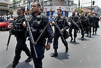 Policemen patrol at Complexo da Penha, Rio de Janeiro, Brazil, November 25, 2010. Authorities in Rio de Janeiro try to control a fourth day of violence apparently orchestrated by drug gang members who have attacked police stations and burned cars in Rio de Janeiro city as protest by traffickers after being forced from their turf by police occupations of more than a dozen slums in the past two years..(Austral Foto/Renzo Gostoli)