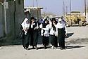 Irak 2000.Sortie de classes à  Halabja.   Iraq 2000.Veiled students in Halabja