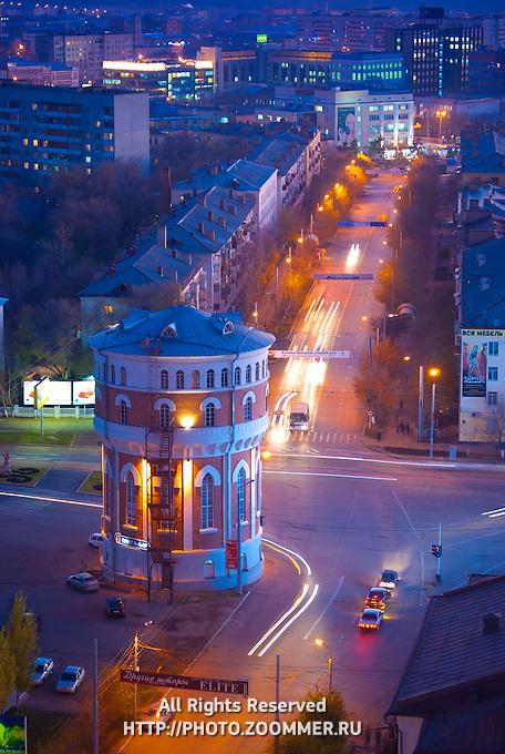 Водонапорная башня в Оренбурге с высоты вечером