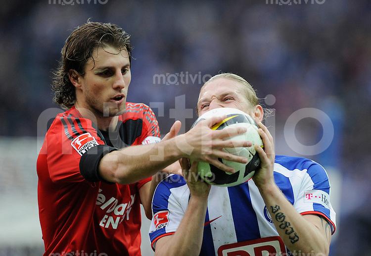 Fussball Bundesliga Saison 2008/2009 Hertha BSC Berlin - Bayer 04 Leverkusen Andrey VORONIN (Hertha, r) bissig gegen HENRIQUE (Leverkusen).