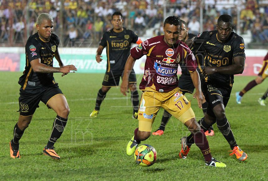 IBAGUE -COLOMBIA, 7-07-2013. Oscar Rodas  (Centro) del Deportes Tolima  disputa el bal&oacute;n con Erwin Maturana  (Der) y Nelson Barahona (Izqu) del Itag&uuml;i durante partido de los cuadrangulares finales, fecha 6, de la Liga Postob&oacute;n 2013-1 jugado en el estadio Manuel Murillo Toro de la ciudad de Ibagu&eacute;./ Oscar Rodas (center) Tolima fights for the ball with Erwin Maturana (Right) and Nelson Barahona (Left) of the match Itagui during the final runs, date 6 of the 2013-F1 Postob&oacute;n League played at the stadium Manuel Murillo in Ibague.<br /> . Photo: VizzorImage/ Felipe Caicedo/ STAFF