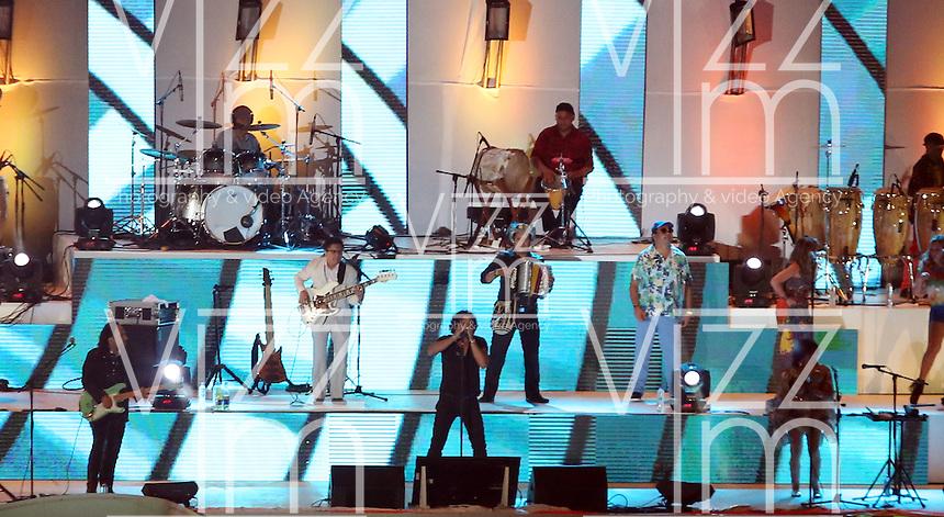CALI - COLOMBIA - 04-08-2013: Carlos Vives (Cent.) cantante colombiano durante de la Ceremonia de Clausura de los IX juegos Mundiales de Cali, en el estadio Pascual Guerrero de la ciudad de Cali, agosto 4 de 2013. (Foto: VizzorImage / Juan Carlos Quintero / Str.) Carlos Vives,  Colombian singer during the Closing Ceremony of the World Games Cali IX in the Pascual Guerrero stadium in Cali, August 4, 2013. (Photo: VizzorImage / Juan Carlos Quintero / Str)