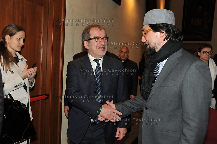 Maggio 2013, Milano: Roberto Maroni, presidente Regione Lombardia, con Yahya Sergio Yahe Pallavicini,  vice presidente del Co.re.is -Comunità religiosa islamica italiana.May 2013, Milan: Roberto Maroni, president of Lombardy, with Yahya Sergio Yahe Pallavicini, Vice President of Co.re.is - Italian Islamic Religious Community.