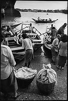 Asie/Birmanie/Myanmar/Yangon: Barques ramenant les travaillleurs au port Nanthila sur Yangon River