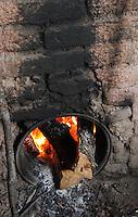 El proceso para elaborar el mezcal artesanal de Santiago Matatlan es largo, ya que se cuenta desde el inicio en que se hace la plantaci&oacute;n en los terrenos, con una espera de diez a&ntilde;os aproximadamente hasta el momento de ya poder ofrecerlo al p&uacute;blico. Pero es este proceso el que le da el sabor y la fama que ya tiene en todo el mundo. <br /> <br /> La materia prima utilizada en la elaboraci&oacute;n del mezcal es el agave que recibe el nombre com&uacute;n de maguey y que pertenece a la familia Agavaceae. Se caracteriza por ser una planta suculenta perenne sin tallo o con tronco corto. Sus hojas se disponen en rosetas y tienen forma lanceolada (forma de lanza), r&iacute;gidas, carnosas, acabadas en espina y con los m&aacute;rgenes dentados y espinosos. La zona donde reside la base de las hojas tiene el nombre de &ldquo;coraz&oacute;n&rdquo; o &ldquo;pi&ntilde;a&rdquo;. Posee inflorescencias en espigas o racimos situados sobre un largo escapo. El perianto tiene forma tubular con los estambres sobresaliendo a &eacute;ste. Su fruto se encuentra en c&aacute;psula, con semillas negras achatadas.<br /> <br /> De la gran cantidad de especies de agave existentes, la especie utilizada para la elaboraci&oacute;n de mezcal es la angustifolia Haw, com&uacute;nmente conocida como espad&iacute;n. Como descripci&oacute;n general de esta planta, posee un tronco corto y hojas de 120 cm. de longitud y 10 cm. de anchura. Son de una coloraci&oacute;n entre azul y verde p&aacute;lido. Son c&oacute;ncavas del haz y convexas del env&eacute;s. Espina terminal de 3 cm. de longitud aproximadamente  y de color marr&oacute;n oscuro. Su inflorescencia tiene una longitud de 3 a 5 m de longitud con flores de color verde-amarillento.<br /> <br /> Esta especie, sin embargo, no es la &uacute;nica utilizada. Otras especies que tambi&eacute;n son &uacute;tiles para la obtenci&oacute;n del mezcal son el agave ferox Koch, conocido com&uacute;nmente como salmiana, y el agave potatorum Zu