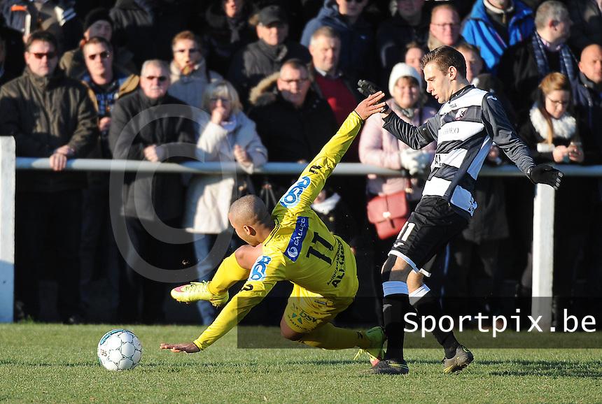 RC LAUWE - WS LAUWE :<br /> Karim Tajeddine (L) wordt stevig aangepakt door Davignio Claerhout (R)<br /> <br /> Foto VDB / Bart Vandenbroucke