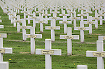 Foto: VidiPhoto<br /> <br /> IEPER - Op de begraafplaats Saint-Charles de Potyze in Ieper rusten meer dan 4000 Franse soldaten die gesneuveld zijn tijdens de Slag bij Ieper in de Eerste Wereldoorlog. Zo'n 600 onbekende militairen rusten in een massagraf.