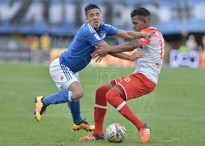BOGOTA - COLOMBIA -20 -03-2016: Maximiliano Nuñez (Izq) jugador de Millonarios disputa el balón con Almir Soto (Der) jugador de Independiente Santa Fe durante partido por la fecha 10 de la Liga Águila I 2016 jugado en el estadio Nemesio Camacho El Campín de la ciudad de Bogotá./ Maximiliano Nuñez (L) player of Millonarios fights for the ball with Almir Soto (R) player of Independiente Santa Fe during the match for the date 10 of the Aguila League I 2016 played at Nemesio Camacho El Campin stadium in Bogota city. Photo: VizzorImage / Gabriel Aponte / Staff.