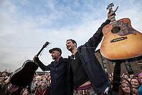 """17.12.2013 - Billy Bragg & Frank Turner Busking for """"Shelter"""""""