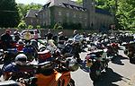 Foto: VidiPhoto<br /> <br /> BREMM &ndash; Duizenden motorrijders individueel of in groepsverband, toeren tot en met zondag in en door de Duitse Eifel. Zelden was het rond Hemelvaartsdag zo warm als nu. Met temperaturen tegen de 30 graden Celsius is het voor motorrijders met hun relatief dikke kleding puffen. Het laaggebergte is enorm populair bij Nederlandse motorrijders, maar vooral tijdens het lange Hemelvaartsweekend, worden de bochtige en bergachtige wegen bevolkt door de Nederlanders. De Duitse politie controleert in deze periode extra omdat de meeste toerrijders zich niet houden aan de maximum snelheid en onverantwoord hard de bergwegen beklimmen en afdalen. Sinds Hemelvaartsdag zijn er al de nodige (niet dodelijke) ongevallen gebeurd waarbij Nederlandse motorrijders betrokken waren. De rijders in groepen veroorzaken vooral overlast doordat ze massaal bij de mooiste plekjes langs de route stoppen.