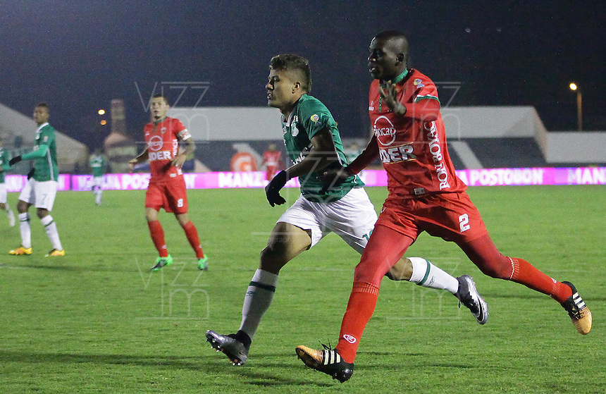 TUNJA -COLOMBIA, 12-03-2016. Jesus Murillo (Der) jugador de Patriotas FC disputa el balón con Andres Felipe Roa (Izq) jugador de Deportivo Cali durante partido por la fecha 9 de la Liga Águila I 2016 realizado en el estadio La Independencia en Tunja./ Jesus Murillo (R) player of Patriotas FC fights for the ball with Andres Felipe Roa (L) player of Deportivo Cali during match for the date 9 of Aguila League I 2016 at La Independencia stadium in Tunja. Photo: VizzorImage/
