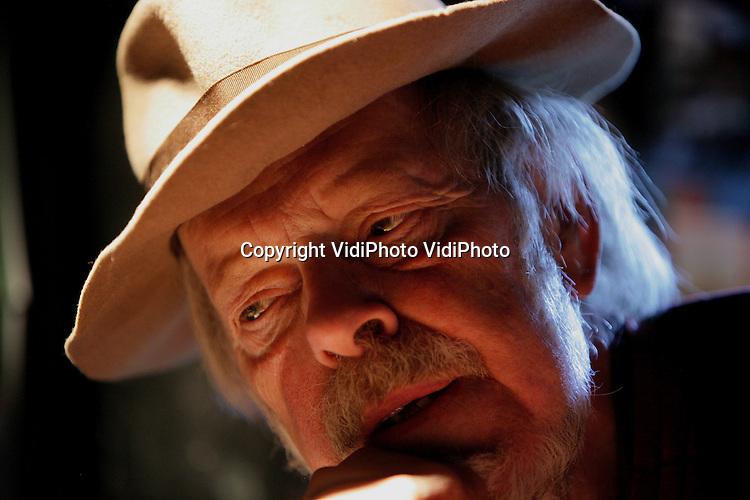 Foto: VidiPhoto..DEN BILT - Portret van kunstenaar Jits Bakker. De beeldhouwer/schilder uit De Bilt (geboren 6 juli 1937) is een van de meeste bekende kunstenaars van Nederland. Werken van Bakker staan in tal van Nederlandse en wereld (hoofd)steden. Jits Bakker is ondermeer ereburger van de Finse stad Turku, waar ook een van zijn beelden staat.