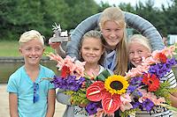 FIERLJEPPEN: WINSUM: Accommodatie St. Japik, 13-08-2016, FK Fierljeppen, Sigrid Bokma met haar fans in de krans, ©foto Martin de Jong