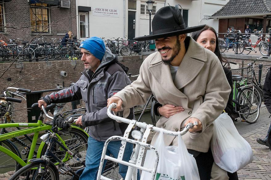 Nederland, Utrecht, 15 maart 2014<br /> Man met mooie hoed op fiets en zijn meisje achterop, fietsen over Oudegracht.<br /> <br /> Foto(c): Michiel Wijnbergh