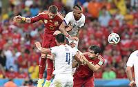 FUSSBALL WM 2014  VORRUNDE    Gruppe B     Spanien - Chile                           18.06.2014 Sergio Ramos (li) und Javi Martinez (re, beide Spanien) gegen Arturo Vidal (2.vl.) und Mauricio Isla (vorn, beide Chile)