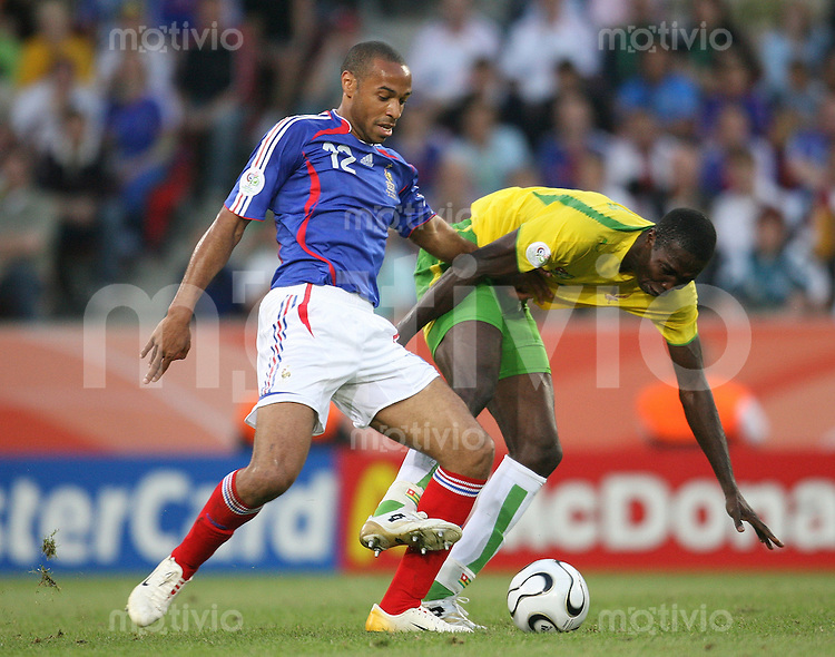 Fussball WM 2006  Gruppenspiel  Vorrunde Togo - Frankreich Thierry Henry (FRA li) gegen Dare Nibombe (TOG)