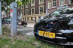 Nederland, Utrecht, 11-07-2011 Elektrische Nissan Leaf staat de accu's op te laden bij een openbaar oplaadpunt in de Oosterstraat. De gemeente wil eind 2012 maximaal 200 oplaadpunten plaatsen in de openbare ruimte en op bedrijfsterreinen. FOTO: Gerard Til /  Hollandse Hoogte
