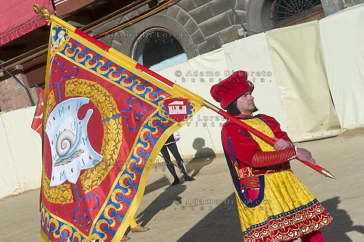 """Siena 02/07/2013: Palio di Siena. Il palio del mese di Luglio è dedicato alla festa di Santa Maria di Provenzano. In ogni Palio prendono parte massimo 10 delle 17 contrade presenti nella città. La scelta viene estratta a sorte. La contrada dell'Oca si è aggiudicato il Palio con il cavallo """"Guess"""" guidato dal fantino Giovanni Atzeni conosciuto come """"Tittia"""". Nella foto Il corteo storico prima dell'inizio del Palio.    Foto Adamo Di Loreto/BuenaVista*photo"""