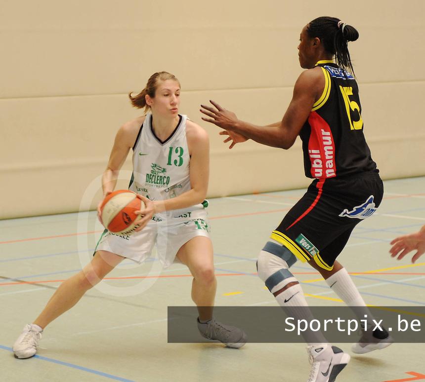 DS Waregem - Dexia Namur..Lieselot Malfait aan de bal voor Pauline Akonea..foto David Catry / VDB