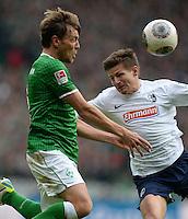FUSSBALL   1. BUNDESLIGA   SAISON 2013/2014   9. SPIELTAG SV Werder Bremen - SC Freiburg                           19.10.2013 Clemens Fritz (li, SV Werder Bremen) gegen Vaclav Pilar (re, SC Freiburg)