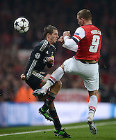FUSSBALL  CHAMPIONS LEAGUE  ACHTELFINALE  HINSPIEL  2012/2013      FC Arsenal London - FC Bayern Muenchen       19.02.2013 Philipp Lahm (li, FC Bayern Muenchen) gegen Lukas Podolski (re, Arsenal)