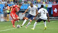 FUSSBALL WM 2014  VORRUNDE    GRUPPE E     Schweiz - Frankreich                   20.06.2014 Xherdan Shaqiri (li, Schweiz) gegen Karim Benzema und Patrice Evra (re, beide Frankreich)