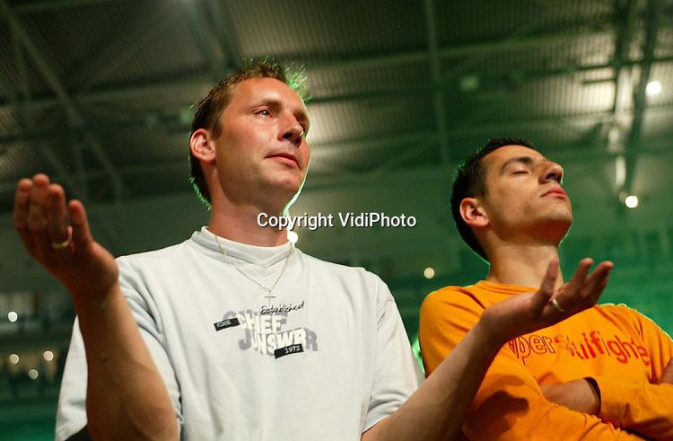 Foto: VidiPhoto..ARNHEM - In stadion Gelredome in Arnhem is zaterdag de 29e EO-jongerendag gehouden die werd bijgewoond door zo'n 35.000 jongeren. Hoewel de EO-jongerendagen de laatste jaren steeds minder bezoekers trokken wist men ditmaal met het contracteren van de topact Michael W. Smith het stadion weer stampvol en op z'n kop te krijgen. Verder waren er bands al DS Talk en de meidengroep ZOEgirl. Thema van de dag was Experience God (Ervaar God). EO-kopstukken Wim Grandia en Willem Ouweneel spraken een stichtelijk woord. Foto: Jongeren proberen God te ervaren