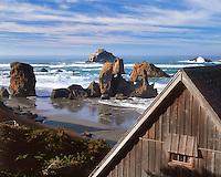 Beach cabin overlooks Face Rock at Bandon Beach in Bandon, Oregon