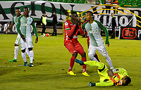 TUNJA -COLOMBIA, 13-05-2017: Jesus David Murillo (Izq) jugador de Patriotas FC disputan el balón con Christian Vargas (Der) arquero de Atletico Nacional durante partido por la fecha 18 de la Liga Águila I 2017 realizado en el estadio La Independencia en Tunja. / Jesus David Murillo (L)  player of Patriotas FC fight for the ball with Christian Vargas (R) goalkeeper of Atletico Nacional during match for the date 18 of Aguila League I 2017 at La Independencia stadium in Tunja. Photo: VizzorImage / Javier Morales  / Cont
