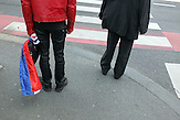 Ein Geschäftsmann trägt auch noch einen Tag nach der Niederlage des kroatischen Fußballteams die Nationalflagge mit sich herum.