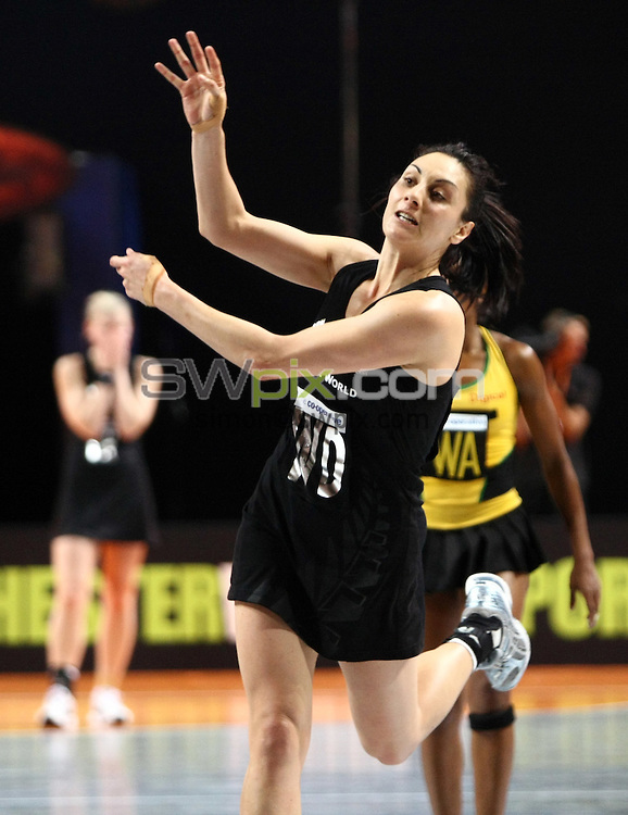 PICTURE BY VAUGHN RIDLEY/SWPIX.COM - Netball - World Netball Series 2009 - MEN Arena, Manchester, England - 09/10/09...Copyright - Simon Wilkinson - 07811267706...New Zealand v Jamaica - New Zealand's Joline Henry.