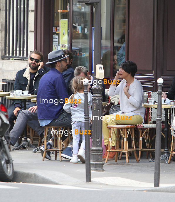 PHOTOS EXCLUSIVES - Florence Foresti sa fille son ex et son papa  passent un moment ensemble, à la terrasse d'un bistrot parisien..Paris, 29 septembre,  2012..