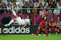 FUSSBALL  EUROPAMEISTERSCHAFT 2012   VIERTELFINALE Tschechien - Portugal              21.06.2012 Bruno Alves (li, Portugal) gegen Milan Baros (re, Tschechische Republik)