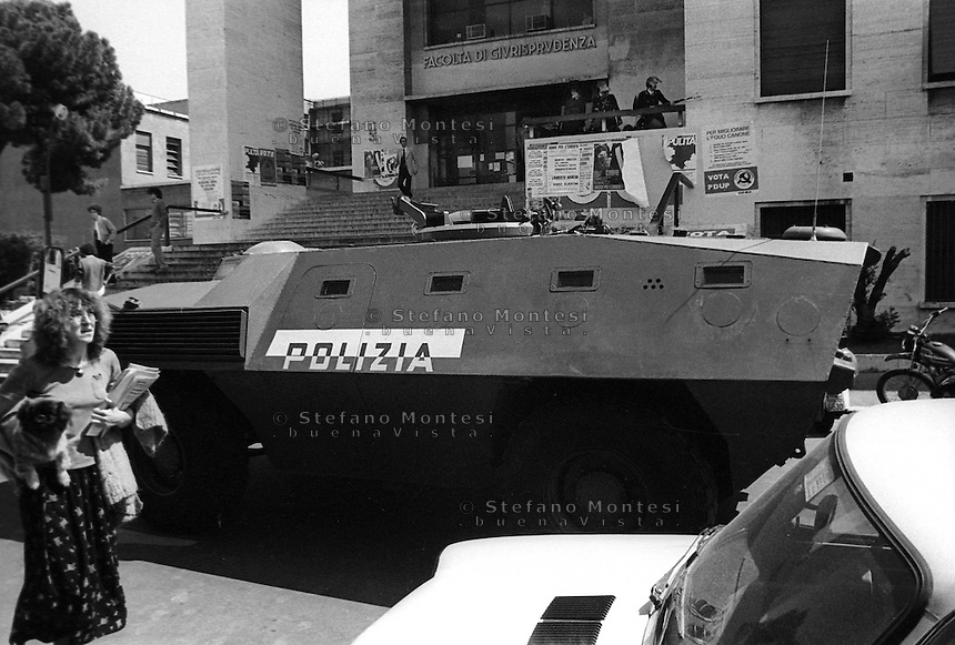 Roma 1979.Le forze dell' Ordine entrano all'Università La Sapienza protette da mezzi anfibi corazzati per disperdere una manifestazione di studenti..Rome 1979.The Police entering the University La Sapienza, protected by armored amphibious vehicles to disperse a student demonstration
