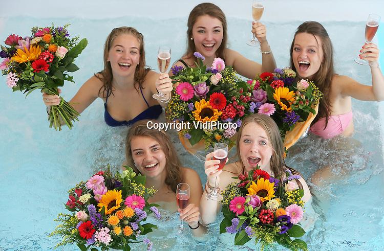 Foto: VidiPhoto<br /> <br /> MAASTRICHT - Geslaagd voor het VWO-examen op het Sint-Maartenscollege in Maastricht, het rijbewijs net binnen en ook nog jarig! Daarom driedubbel feest donderdag voor de 18-jarige Eline (rechts onder) en haar eveneens geslaagde hartsvriendinnen. De dames worden door hun ouders getrakteerd op een verblijf in het luxueuze wellness Hotel Maastricht. Het bijzondere examenfeestje van de vriendinnen start met champagne in het bubbelbad, waarbij de meiden ook bedolven worden onder felicitatieboeketten. Daarna werden de jongedames in de watten gelegd in de beautysalon. Mobiele bloemistenteams van Fleurop rijden donderdag en vrijdag door heel Nederland om geslaagde scholieren spontaan te verrassen met een fleurig boeket. Hangt er een vlag met schooltas aan de gevel? Dan bestaat de kans dat er een gratis felicitatieboeket wordt aangeboden.