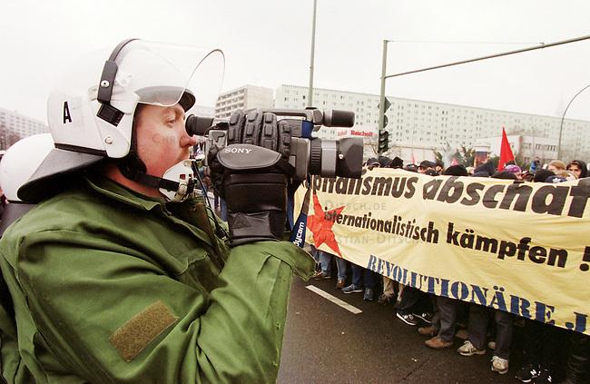 Aufgrund einer ominoesen Morddrohung eines Berliner Brandstifters wurde die alljaehrliche Demonstration linker Gruppen und Parteien zum Gedenken an die Ermordung Karl Liebknechts und Rosa Luxemburg im Jahre 1919 vom Berliner Polizeipraesidenten Saberschinsky verboten.<br /> Trotz des Demonstrationsverbotes versammelten sich mehrere tausend Menschen und zogen in einem Protestmarsch durch die Berliner Innenstadt.<br /> Hier: Ein Polizeibeamter mit abgeklebtem Zeichen seiner Einheit und ohne Rangabzeichen filmt die Demonstration.<br /> Berlin, 9.1.2000<br /> Copyright: Christian-Ditsch.de<br /> [Inhaltsveraendernde Manipulation des Fotos nur nach ausdruecklicher Genehmigung des Fotografen. Vereinbarungen ueber Abtretung von Persoenlichkeitsrechten/Model Release der abgebildeten Person/Personen liegen nicht vor. NO MODEL RELEASE! Nur fuer Redaktionelle Zwecke. Don't publish without copyright Christian-Ditsch.de, Veroeffentlichung nur mit Fotografennennung, sowie gegen Honorar, MwSt. und Beleg. Konto: I N G - D i B a, IBAN DE58500105175400192269, BIC INGDDEFFXXX, Kontakt: post@christian-ditsch.de<br /> Bei der Bearbeitung der Dateiinformationen darf die Urheberkennzeichnung in den EXIF- und  IPTC-Daten nicht entfernt werden, diese sind in digitalen Medien nach &sect;95c UrhG rechtlich gesch&uuml;tzt. Der Urhebervermerk wird gemaess &sect;13 UrhG verlangt.]